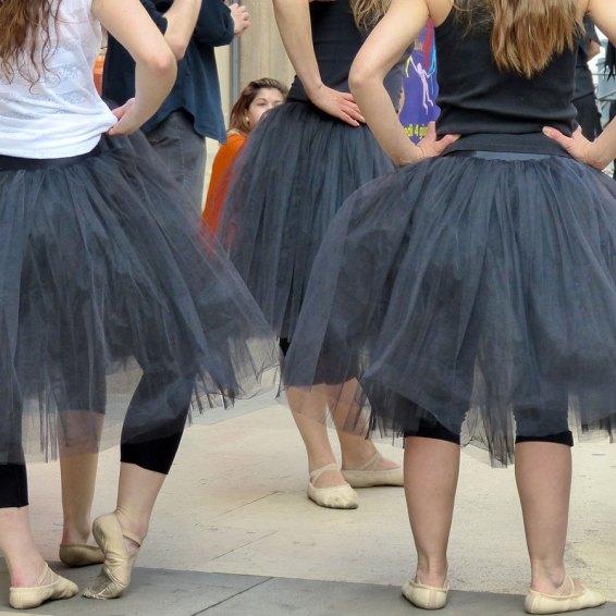 """Ieri al Flash Mob in via Mazzini per I colori della danza l'artista di strada""""mummia dorata egiziana"""" si è ritrovato all'interno della coreografia del balletto con tutù neri... e ha deciso di spostarsi"""