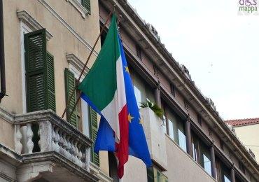 bandiera italiana ed europea alla sede del banco popolare di verona in piazza nogara per la festa della repubblica