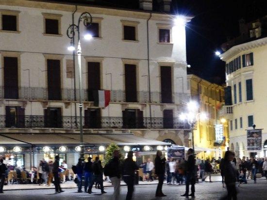 bandiera appesa sul balcone della Società Letteraria di Verona per la festa della repubblica del 2 giugno