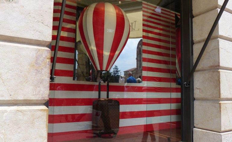 mongolfiera-vetrina-louis-vuitton-verona