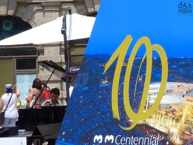 piramide centenaio arena Il pianista di strada Paolo Zanarella si esibisce in Piazza Erbe a Verona