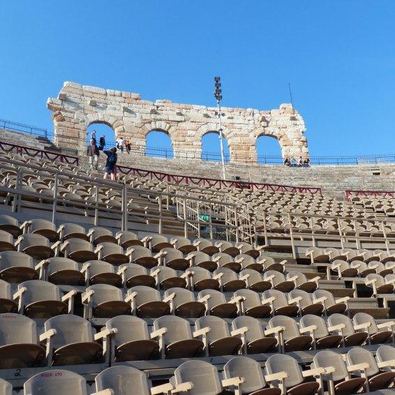 Il monumento simbolo di Verona, l'anfiteatro romano Arena (dove inizierà tra qualche ora il Festival del Centenario), è visitabile in carrozzina. Il vallo per scendere al livello della biglietteria è in scomodo ciotolato, io l'ho fatto accompagnata. Dalla biglietteria il percorso per arrivare alla platea è facile, con rampa a lato dell'entrata principale, e salita per arrivare alla platea e godersi il panorama delle scalinate. Come in tutti i Musei del Comune di Verona anche in Arena le persone con disabilità e 1 accompagnatore entrano gratis.