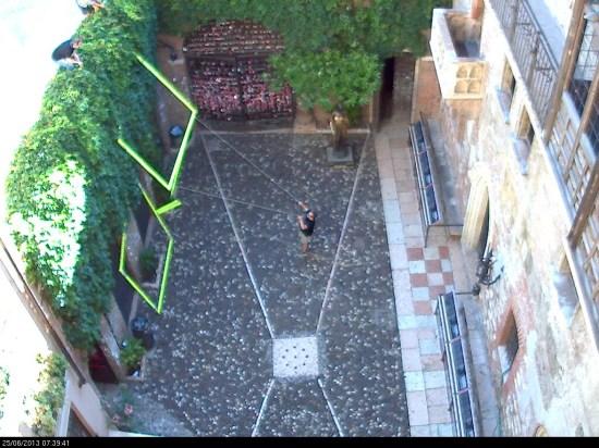 """Inaugurazione Venerdì 28 giugno alle ore 19.30 Daniel González presenterà la sua nuova installazione nel Cortile della Casa di Giulietta: """"Romeo's Balcony"""" A cura di Marco Meneguzzo, Verona, Via Cappello 23 L'installazione di Daniel González sarà visibile fino al 14 ottobre 2013"""
