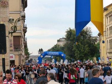 la folla dei marciatori in corso porta nuova alla partenza della straverona 2013