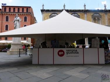 Nel cuore medievale di Verona un tripudio di profumi e sapori accoglierà quanti vorranno scoprire e conoscere le eccellenze dell'agro alimentare veronese. E' Verona Gustosa, un nuovo appuntamento cittadino che abbinerà il vino Bardolino ai gusti e ai sapori veronesi avvicinando il grande pubblico all'enogastronomia di qualità. Nella centralissima Piazza dei Signori degustazioni guidate faranno apprezzare il Bardolino in abbinamento al formaggio Monte Veronese Dop, all'olio delle colline veronesi, al Prosciutto Veneto Dop, al riso Nano Vialone Veronese Igp e alla frutta fresca di stagione. L'impegno per la produzione di queste specialità, la cura nella lavorazione e la passione che anima i numerosi artigiani del gusto completeranno le informazioni su questi sapori, offrendo suggerimenti per la loro interpretazione in ottimi piatti anche direttamente da casa propria. A fare da cornice alla manifestazione saranno anche due appuntamenti importanti: I Vent'anni del Consorzio di Tutela Monte Veronese con degustazioni, presentazione di libri, incontri con il pubblico e intermezzi jazz presso la Loggia Vecchia e la presentazione del Bardolino, del Chiaretto e del Chiaretto Spumante nel Loggiato di Fra' Giocondo, con l'expo di trenta aziende vinicole delle colline del Garda. Un'occasione importante per approfondire la conoscenza del territorio attraverso le eccellenze della tavola ma anche attraverso le attrattive storico-paesaggistiche che contraddistinguono l'intero territorio provinciale. Infatti, quanti vorranno, potranno ricevere dagli uffici Iat del Villaggio del Turismo, presente in Piazza dei Signori, suggerimenti per una visita integrata del territorio o semplici spunti per una gita fuori porta.