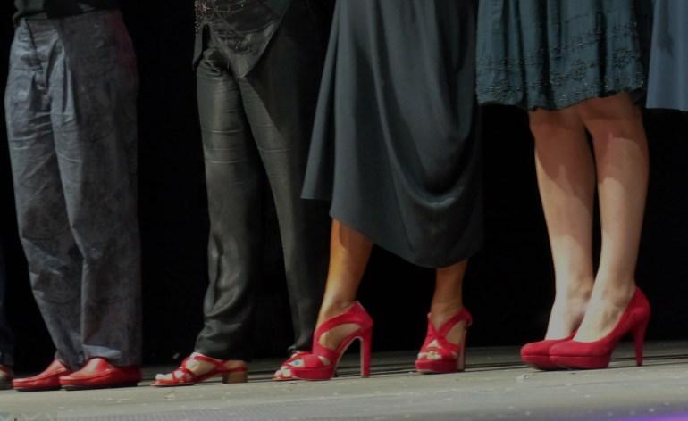 """scarpe rosse Serena Dandini ha attinto dalla cronaca e dalle indagini giornalistiche per dare voce alle donne che hanno perso la vita per mano di un marito, un compagno, un amante o un """"ex"""". Per una volta, sono loro a parlare in prima persona. Come in una Spoon River del femminicidio, ognuna racconta la sua storia dall'esatto punto in cui si trova ora e riprende vita e spessore, uscendo finalmente da una catalogazione arida e fredda. Serena Dandini, con la collaborazione ai testi e alle ricerche di Maura Misiti, ricercatrice del CNR, ha scritto una breve storia per ciascuna di loro, pensata in chiave teatrale per sensibilizzare, attraverso il linguaggio della drammaturgia, le Istituzioni italiane e l'opinione pubblica circa un fenomeno dai dati ancora incerti, ma che comporta in Italia – come ci raccontano le rare statistiche – una vittima ogni due, tre giorni. Sul palco, a interpretare le vittime, le più importanti attrici italiane e donne della società civile che si alternano a dare voce a queste storie, in uno spettacolo teatrale drammatico, ma giocato, a contrasto, su un linguaggio leggero e coi toni ironici e grotteschi propri della scrittura di Serena Dandini."""