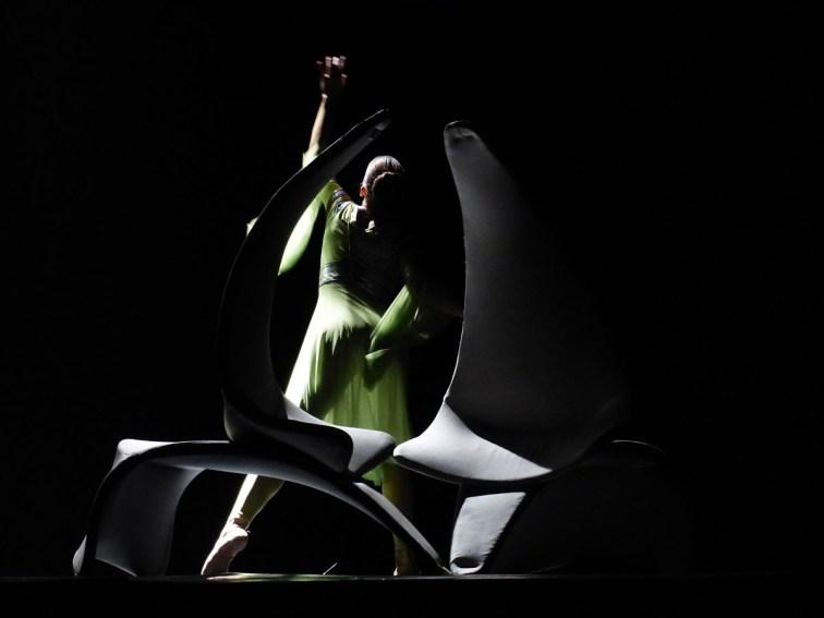 """Giulietta e Romeo l'amore continua… Lo spettacolo, rappresentato da mesi con successo in molte città italiane dopo il debutto veronese dello scorso ottobre al Teatri Ristori, nasce dall'incontro artistico tra Cristiano Fagioli, Cristina Ledri e Virginio Zoccatelli che hanno sentito l'esigenza di creare un nuovo progetto fondato sulla sinergia tra linguaggio del corpo e quello dei suoni. Nell'ambito di questo progetto è nata l'idea di sviluppare e continuare la struggente storia d'amore scritta dal Bardo verso nuovi orizzonti narrativi e sentimentali: «abbiamo immaginato – spiegano – di dare a Giulietta e Romeo la possibilità di """"rifarsi"""" e di """"rivivere"""" in una condizione ultraterrena la loro contrastata e sventurata storia d'amore. La nostra proposta esalta gli stati d'animo dei due protagonisti in relazione ai loro gesti e alle loro scelte: si alternano così in scena momenti individuali, sensuali passi a due a cui seguono scene collettive spesso dai ritmi energici ed ossessivi». «La versatilità musicale di Zoccatelli – sottolinea Fagioli – segue severi percorsi drammaturgici, creando differenti melodie di esplicita forza comunicativa, arricchite da orchestrazioni attente alle sfumature di immagini ed emozioni». L'ideazione e la regia sono dello stesso Cristiano Fagioli, direttore artistico della compagnia insieme a Cristina Ledri con cui firma anche le coreografie insieme a Alessandra Odoardi, Gelsomina Di Lorenzo e Giorgio Azzone. L'elaborazione drammaturgica è affidata a Virginio Zoccatelli che cura le musiche insieme a Diego Todesco. In scena Gelsomina Di Lorenzo, Alessandra Odoardi, Claudia Elvetico, Samanta Tonolini, Giorgio Azzone, Kristian Matia, Leonardo Paoli."""