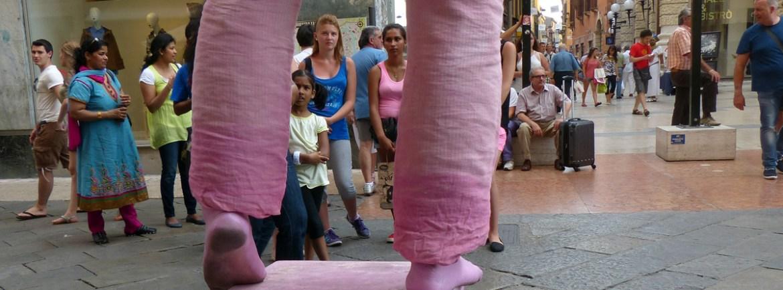 artista-strada-verona-uomo-rosa-mimo