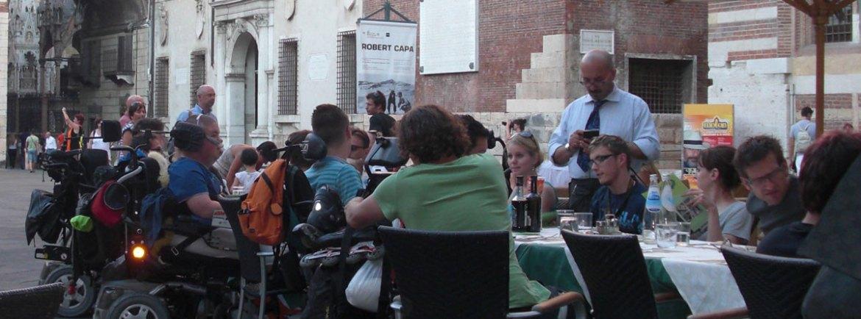 comitiva di persone in carrozzina alla pizzeria impero, piazza dante, verona