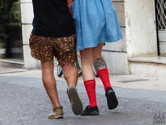 coppia-tatuaggio-teschio-calze-rosse