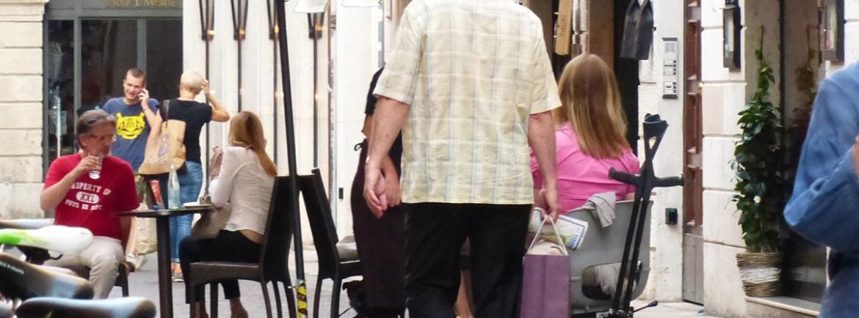 una turista con carrozzina elettronica a passeggio in via stella a verona