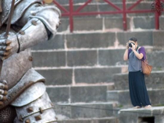 La fotografa Ida Cassin - Studio Brenzoni - mentre fotografa la scenografia de Il trovatore all'Arena di Verona (Festival dell centenario)