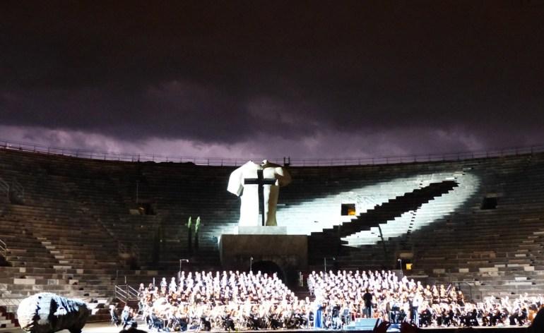 Giuseppe Verdi, Messa da Requiem Arena di Verona 13 luglio 2013 Direttore d'orchestra Myung-Whun Chung Mezzosoprano Daniela Barcellona Scene Igor Mitoraj Tenore Fabio Sartori Soprano Hui He Basso Vitalij Kowaljow Luci Paolo Mazzon Scarica il programma in PDF In occasione del Bicentenario Verdiano l'Arena di Verona celebra il maestro con la Messa da Requiem, suonata da Orchestra e Coro della Fondazione Arena di Verona e Orchestra e Coro della Fondazione La Fenice di Venezia.
