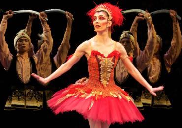 """Teatro Romano, 23 luglio: gala con i primi ballerini del Royal Ballet di Londra in occasione dell'addio alle scene di Mara Galeazzi, da dieci anni """"principal"""" della celebre compagnia inglese. VERONA - Come avviene dalla fine degli anni 60 l'Estate Teatrale Veronese propone, oltre alla prosa, una ricca sezione danza che quest'anno vede in scena i primi ballerini del Royal Ballet, i Momix, il Malandain Ballet Biarritz e il Balletto dell'Arena di Verona per un totale di diciotto serate. Apre il settore dedicato alla danza, il 23 luglio, una serata speciale con i primi ballerini del Royal Ballet di Londra. Si tratta di un grande avvenimento, di un gala ideato appositamente (e in esclusiva per l'Italia) per il palcoscenico del Teatro Romano in occasione dell'addio alle scene di Mara Galeazzi, da dieci anni prima ballerina della celeberrima compagnia inglese. Dopo il diploma alla scuola di ballo del Teatro alla Scala di Milano, Mara Galeazzi entrò nel Royal Ballet nel 1992 dove Glen Tetley la scelse subito come protagonista del balletto La ronde. Nella celebre compagnia inglese ha interpretato, nel corso degli anni, importanti ruoli da protagonista, tra questi anche Giselle. Memorabili le sue interpretazioni della Fata Confetto e della Fata delle Rose nello Schiaccianoci, di Myrtha in Giselle, di Gamzatti nella Bayadere, della principessa Florine nella Bella addormentata, di Mercedes e della Regina delle Driadi nel Don Chisciotte. Numerose anche le sue apparizioni come guest star: tra i teatri dove è stata ospite, l'Opéra di Parigi, il Metropolitan di New York, il Bolscioi di Mosca, il Teatro dell'Opera di Stoccarda, la Bukyo Civic Hall di Tokyio e il Teatro dell'Opera di Roma. È stata anche l'étoile di diverse performance televisive come la diretta della BBC dalla Royal Opera House del 2002. Oggi, all'età di quarant'anni, Mara Galeazzi dà l'addio alle scene con tre gala speciali: uno a Londra, uno a Montecarlo e uno al Teatro Romano di Verona. Accanto a lei altri primi b"""