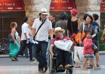 turisti-cappello-verona-disabile-carrozzina-arena