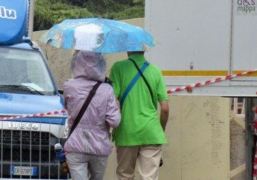 verona-turisti-ombrello-mondo