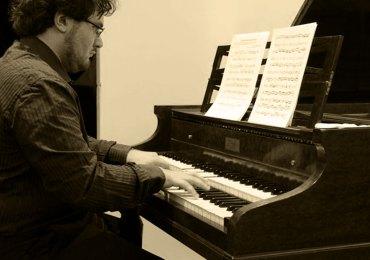 """Il cd """"Bach on Pleyel harpsichord"""" di Francesco Mazzoli è stato presentato a Parigi da pochi giorni. Il disco """"Bach on Pleyel harpsichord"""", rarità discografica contenente svariate prime incisioni mondiali inclusa la maggior parte dei brani sentiti al Teatro Ristori 12 dicembre 2012. Questo disco è stato presentato in anteprima a Parigi il 17 luglio 2013 al termine del concerto di Francesco Mazzoli all Bibliotheque Polonaise: si può ordinare ad un prezzo promozionale di soli 10 euro più le spese di spedizione (2,5 euro in posta prioritaria) sul sito. Si tratta di una perla discografica in edizione di prestigio (corredata da un book trilingue in inglese, francese e italiano) in cui vengono illustrate le caratteristiche sonore e storiche di questo clavicembalo; prima edizione limitata e numerata di 300 esemplari. Brani contenuti nel disco: J.S. Bach/F. Mazzoli: Chaconne pour le clavecin Pleyel (Prima registrazione assoluta, suonato per la prima volta a Parigi il 17 luglio 2013) J.S. Bach: Concerto per clavicembalo BWV 1054 (Prima registrazione mondiale con il clavicembalo Pleyel, registrato dal vivo il 12 dicembre 2012, al Teatro Ristori) J.S. Bach: Conerto brandeburghese n. 5 BWV 1050 (Prima registrazione mondiale con il clavicembalo Pleyel registrato dal vivo il 12 dicembre 2012, al Teatro Ristori) J.S. Bach: Preludio e fuga in mi bemolle BWV 998 Bonus Track J.P. Rameau: Rigaudon et double (Bis solistico del concerto registrato dal vivo il 12 dicembre 2012, al Teatro Ristori)."""
