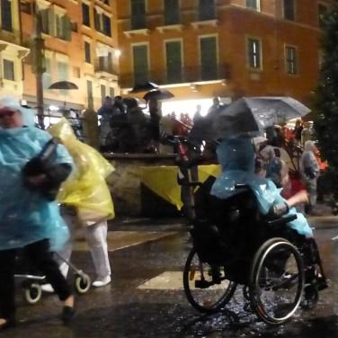 carrozzina, ombrello e impermeabile
