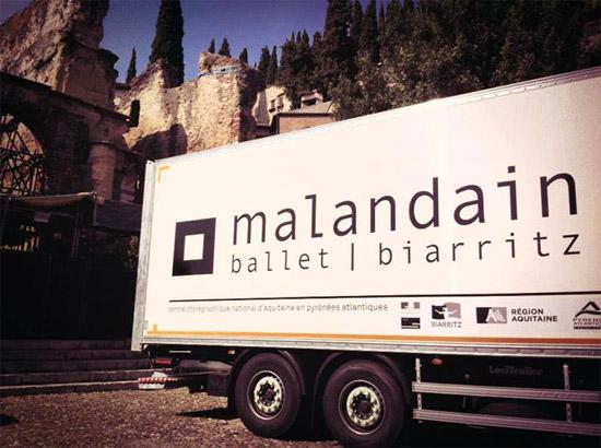 """Con Cenerentola del Malandain Ballet Biarritz in programma dal 22 al 24 agosto al Teatro Romano si chiude l'Estate Teatrale Veronese 2013.   Dopo la prima mondiale di Versailles lo scorso giugno e una tournée trionfale in Spagna, il Teatro Romano ospita in """"prima"""" ed esclusiva nazionale il Malandain Ballet Biarritz che dal 22 al 24 agosto con inizio alle 21 proporrà Cenerentola di Thierry Malandain su musica di Sergei Prokofiev.  Grande l'attesa per questo balletto che Prokofiev compose nei primi anni Quaranta e andò in scena per la prima volta nel 1945 al teatro Bolscioi.Da allora tantissime le riprese: tra le più celebri quella di Frederik Ashton del 1948 dove le due sorellastre erano interpretate, con toni particolarmente comici, da due uomini en travesti. In questa versione di Malandain la vicenda, sviluppata sulla celebre fiaba di Perrault e dei fratelli Grimm, ruota attorno al percorso esistenziale di un'étoile della danza che, passando attraverso il dubbio, l'emarginazione, la sofferenza e la speranza, raggiungerà la luce. Un percorso """"fatto di ceneri e di magia"""" con elementi ora tragici e ora comici dal sapore universale. Tra gli elementi comici le sorellastre anche qui interpretate da due danzatori en travesti (Frederik Deberdt e Jacob Hernandez Martin) e la matrigna affidata a uno dei danzatori più apprezzati della compagnia, l'italiano Giuseppe Chiavaro. Gli interpreti principali del balletto sono Miyuki Kanei (Cenerentola), Daniel Vizcayo (principe) e Claire Lonchampt (la fata).  Per la celebre compagnia francese è un gradito ritorno al Teatro Romano dove vi aveva interpretato con grande successo  Les créatures nel 2007, Romeo e Giulietta nel 2010 e una Serata Novecento  (comprendente La morte del cigno, Lo spettro della rosa, L'après-midi d'un faune, L'amore stregone e Bolero) nel 2012.  Come tutti gli spettacoli dell'Estate Teatrale Veronese il biglietto disabile+accompagnatore è gratuito per entrambi."""