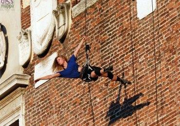 acrobata-torre-palazzo-capitano-verona