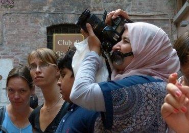 foto di turista con velo alla casa di giulietta a verona