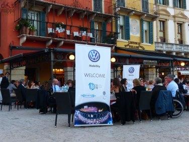 Serata di Gala Volkswagen Mobility all'Arena di Verona.Serata di Gala Volkswagen Mobility all'Arena di Verona. Cultura, musica ed emozioni: in occasione del Festival del Centenario 2013, che celebra il primo secolo di Festival lirico all'Arena di Verona e il bicentenario della nascita di Giuseppe Verdi, Volkswagen organizza la Serata di Gala Volkswagen Mobility. Fondazione Arena Verona Festival del CentenarioIngrandisci Da 100 anni l'Arena di Verona è il primo teatro lirico italiano all'aperto, nonché il più grande del mondo: un primato che mantiene ancora oggi. Con il Festival lirico la cultura italiana ed internazionale si è arricchita di un modo nuovo di fare spettacolo, rendendo Verona una delle capitali europee della musica. Martedì 3 settembre sarà l'Aida, rappresentata per la prima volta all'Arena nel 1913, a deliziare i partecipanti della Serata di Gala Volkswagen Mobility. Gli ospiti, tutti atleti medagliati paralimpici, ed i relativi accompagnatori, potranno vivere un'esperienza esclusiva, all'insegna della cultura e dell'opera lirica. Volkswagen Mobility, anche con questa serata a favore del sociale e dello sport, rinnova il suo impegno a supportare chi vive i disagi della disabilità per garantire a tutti la libertà di movimento. L'evento riservato agli ospiti Volkswagen Mobility è organizzato grazie alla collaborazione di Fondazione Arena, CIP e Guidosimplex.