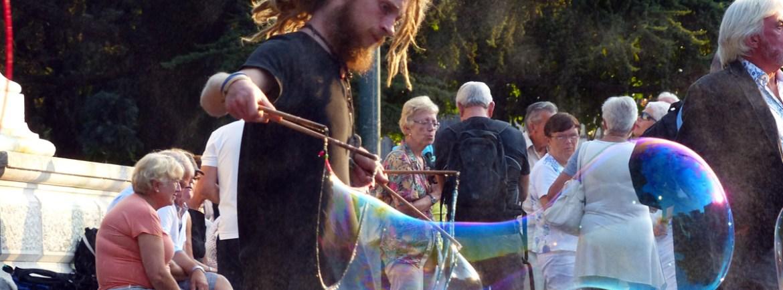 Ieri in Piazza Bra questa coppia di artisti di strada che intrattenevano i bambini con queste bolle di sapone giganti