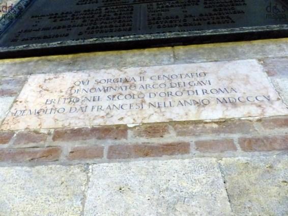 L'arco dei Gavi. L'Arco dei Gavi è una monumentale architettura romana di Verona, fatto erigere intorno alla metà del I secolo lungo la via Postumia poco fuori dalle mura della città romana. Molto probabilmente Verona è stata la città natale della più nota famiglia veronese di epoca romana, la gens Gavia, allora conosciuta anche in altre città italiane. I nomi di alcuni componenti della famiglia si possono trovare incisi in una loggia del teatro romano di Verona e in un'iscrizione che ricorda che un membro della gens Gavia provvide, per testamento, alla costruzione di un acquedotto; lo stesso Arco dei Gavi prende il nome dalla famiglia veronese che lo fece erigere, come conferma la scritta dedicatoria CURATORES L[ARUM] V[ERONENSIUM IN HONOREM?] GAVI CA DECURIONUM DECRETO. Sotto le nicchie che originariamente contenevano delle statue sono indicati i nomi di quattro membri della famiglia Gavia: i nomi ancora leggibili sono C[aio] Gavio Strabone, M[arco] Gavio Macrone e Gavia, mentre un quarto nome è andato perduto.[2] Architetto[modifica sorgente] L'architetto dell'Arco ha lasciato la propria firma sulla faccia interna di uno dei pilastri, evento molto raro: si può leggere in grafia latina la scritta L. VITRVVIVS. L. CERDO ARCHITECTVS. L'architetto Lucio Vitruvio Cerdone, come indica il nome Cerdone, fu uno schiavo greco liberato da un cittadino romano. Il gentilizio Vitruvius può richiamare Marco Vitruvio Pollione, architetto romano noto per aver scritto il trattato De architectura, anche se non è sovrapponibile con certezza. Ubicazione[modifica sorgente] Semiprospetti, prospetti e dettagli dell'Arco dei Gavi, disegnati da Andrea Palladio. L'Arco dei Gavi venne eretto lungo la via Postumia, non distante del punto in cui a questa si congiungeva la via Gallica, e a soli 150 metri da porta Borsari, quindi a breve distanza dalle mura della città romana. Il luogo in cui venne realizzato lo fece risultare una quinta scenografica, infatti giungendo dalla città delimitava il