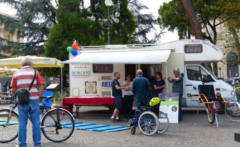 Alla Festa del volontariato ho visitato lo stand dell'associazione Gabbia-No, e visitato il camper accessibile attrezzato che noleggiano; disponibile anche la carrozzina monoruota da montagna e la sdraio con ruote per la spiaggia.