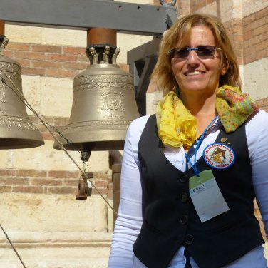 """Durante il Tocatì si potevano ascoltare, e provare a suonare, le campane, grazie all'Associazione Suonatori di Campane a Sistema Veronese e alla generosa disponibilità della Presidente Eles Bonfantali, che ha fatto suonare il """"buon compleanno del video""""."""