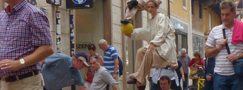 20130927-disabile-carrozzina-artisti-di-strada-verona