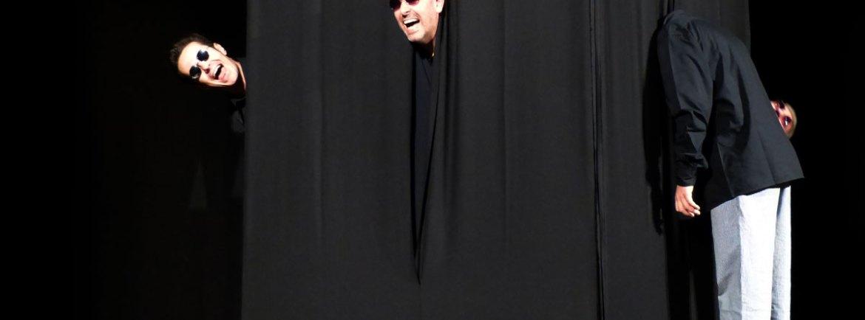 Giovedì 3 ottobre, ore 21.00 [Piccolo Teatro di Giulietta] QVINTA (Rassegna TheatreArt Verona 2013) Compagnia Teatrificio Esse | Riccardo Goretti drammaturgia Aldo Gentileschi | Riccardo Goretti | Armando Sanna Pasquale Scalzi | con A. Gentileschi | R. Goretti | A. Sanna | P. Scalzi supervisione coreografica S. Nesti Una QVINTA è l'occasione d'incontro di quattro follie. C'è una vera quinta. Da lontano non si vede che i quattro personaggi soffrono, da lontano fanno ridere. Si agitano, s'incontrano, si scontrano, si lasciano e si rincontrano. Entrano ed escono dalla quinta. Entrano in quinta (e dunque escono dalla scena), escono dalla quinta (e quindi entrano in scena). Ogni entrata è anche un'uscita. Solo da questa vita non c'è uscita. O meglio, un'uscita c'è, ma non piace a nessuno ricordarsi quale sia. Per questo i personaggi soffrono. Da lontano si ride. La comicità che abbiamo cercato è quella del limite, lo stesso limite che c'è tra l'essere dentro e fuori la scena, quando non sai se sei personaggio o no.
