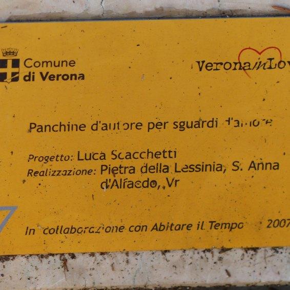 La panchina di Ponte Castelvecchio di Luca Scacchetti, realizzata per PANCHINE D'AUTORE PER SGUARDI D'AMORE Mostra in collaborazione con Abitare il Tempo, 2006 Luca Scacchetti nasce a Milano nel 1952. Nel 1975 si laurea alla Facoltà di Architettura del Politecnico di Milano dove dal 1976 diventa docente di Composizione Architettonica. Dal 1987 insegna Progettazione Architettonica presso il Dipartimento di Architettura dell'Istituto Europeo di Design a Milano dove dal 1990 al 1995 è direttore del Dipartimento di Architettura. Dal 1993 insegna Elementi di Architettura e Urbanistica presso l'Accademia di Belle Arti di Brera a Milano. Cura l'organizzazione di seminari e conferenze sulla giovane architettura italiana (cfr. Architetti Italiani, Milano, Idea Books, 1994), scrive saggi e articoli sui rapporti tra modernità e tradizione, sulla storia dell'architettura e la metodologia della progettazione. Ha realizzato numerosi progetti di edifici pubblici o destinati a civili abitazioni e uffici, sia in Italia che all'estero. Svolge lavoro di design con numerose e importanti aziende italiane ed europee (Tecno, Poltrona Frau, Matteograssi – per la quale ha curato la riedizione di Ulrich). È attivo anche nell'arredo urbano e negli allestimenti di mostre (cura la sezione classico in occasione di Abitare il Tempo, manifestazione della quale presiede il comitato scientifico). La panchina di Luca Scacchetti è stata realizzata da Pietra della Lessinia, Sant'Anna d'Alfaedo (Verona).