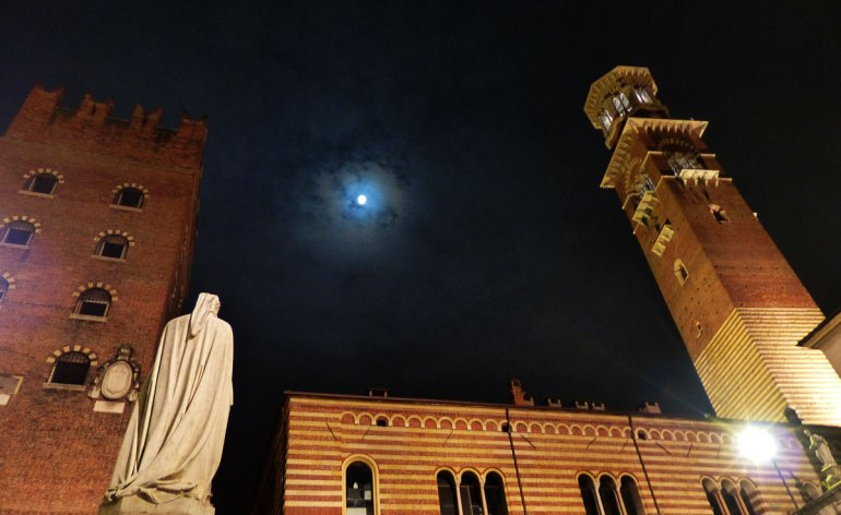 piazza dante con la luna, verona