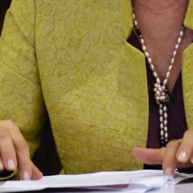 Close-up mani Assessore Anna Leso durante conferenza stampa