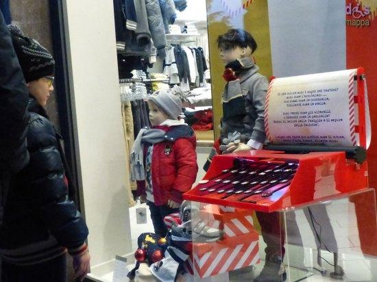 20131203-bambino-vetrina-macchina-da-scrivere-verona