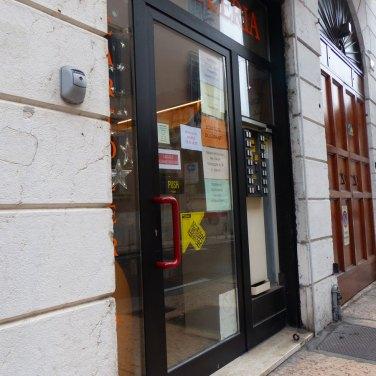 La cartoleria in via della Scala 6, accanto alla Chiesa di Santa Maria della Scala, presenta solo un piccolo gradino in entrata. Il negozio è di piccole dimensioni ma ci si può girare in carrozzina. E' ricevitoria e vende articoli di cartoleria, tabacchi, valori bollati, etc.; per quelli posizionato in alto basta chiedere al proprietario.