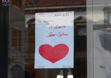 Auguri con grande cuore rosso Al Caffé Dersut di Piazza Nogara