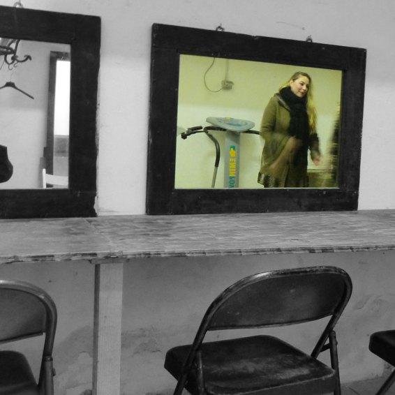 Isabella Caserta riflessa nello specchio dei camerini del Teatro Laboratorio di Verona