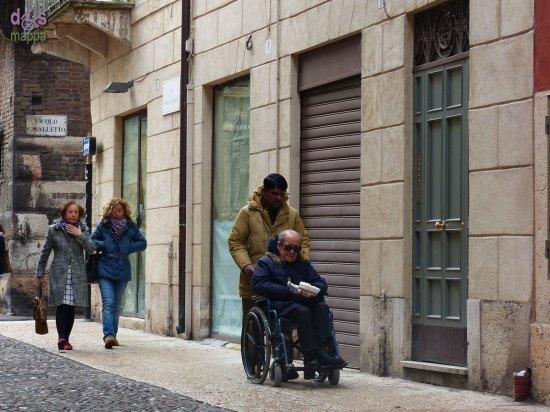 20131227 Anziano in carrozzina con badante Verona