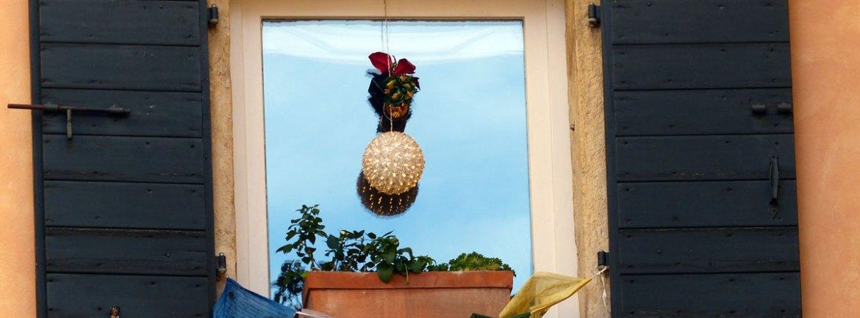 20131231-finestra-decorazione-natale-bandiere-buddiste-verona