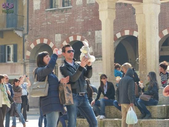 20140309 Foto turisti pupazzo Piazza Erbe Verona