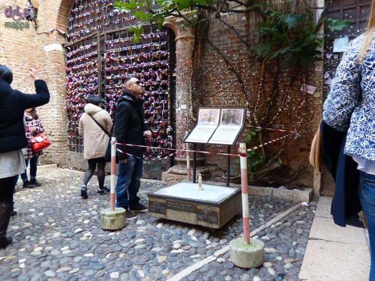 20140305 Cortile Casa di Giulietta con statua in miniatura
