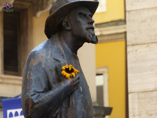 20140406 Statua Berto Barbarani girasole Verona