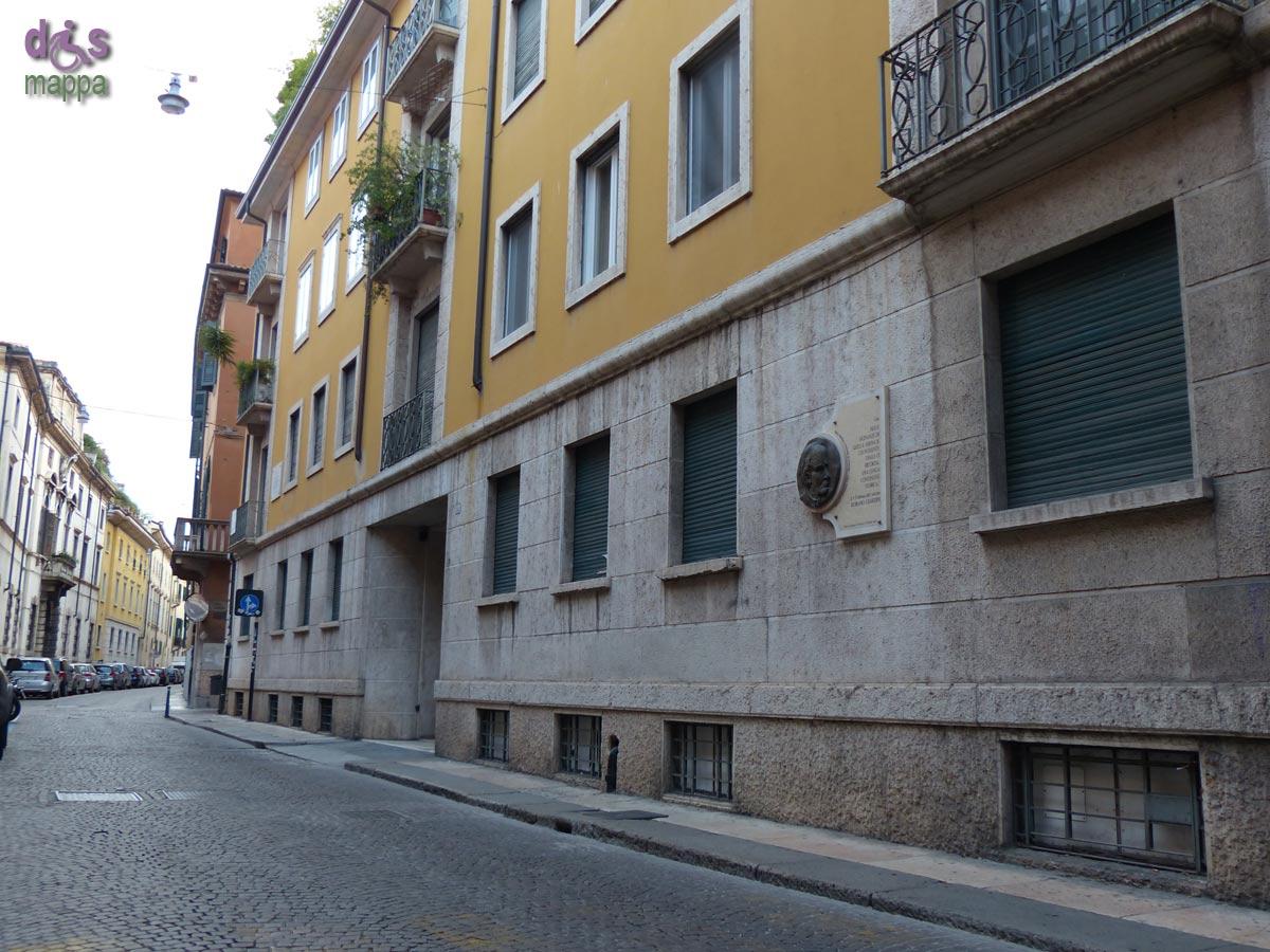 La targa commemorativa per il filosofo Romano Guardini, nella sua casa natale in via Leoncino a Verona