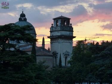 Tramonto da Ponte Pietra con vista sul fiume Adige e Chiesa di San Giorgio, Verona, Italia