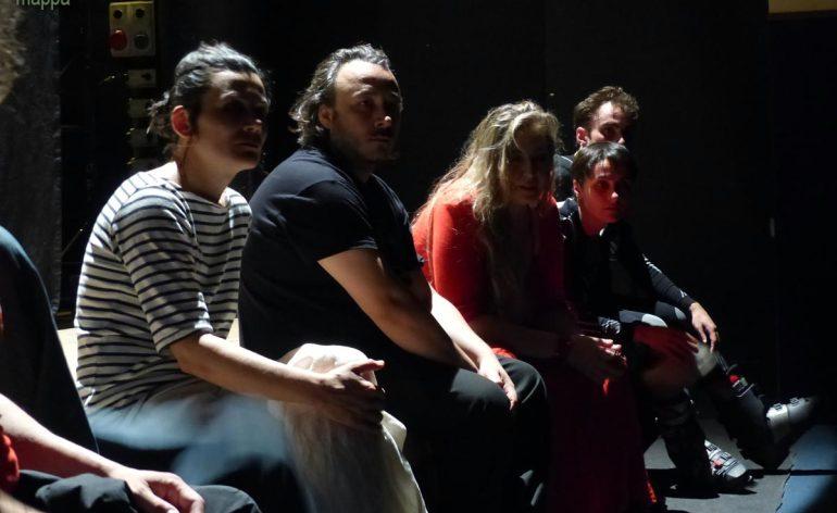"""""""Corti in corso. La coppia"""", progetto ideato e coordinato da Jana Balkan e Isabella Caserta, che hanno chiesto a quattro compagnie di sviluppare un """"corto teatrale"""" sul tema della coppia, secondo sensibilità e poetiche proprie. Quattro compagnie quindi unite in un unico spettacolo sullo stesso tema."""