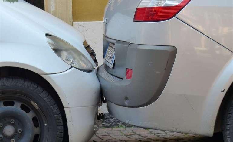 Automobili parcheggiate al bacio in centro storico a Verona