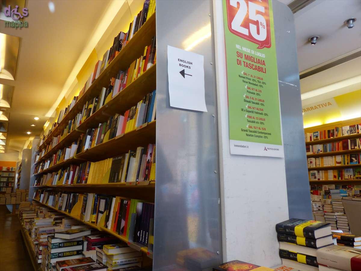 La libreria Mondadori in Corso Sant'Anastasia a Verona ha entrata accessibile quasi a filo del marciapiede con porte automatiche, all'interno sono accessibili le prime due stanze, poi c'è uno scalino