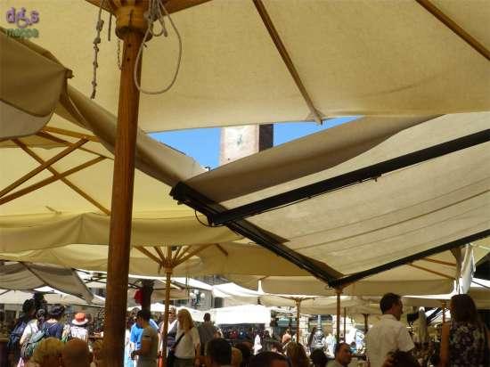 La Torre del Gardello tra gli ombrelloni di Piazza delle Erbe